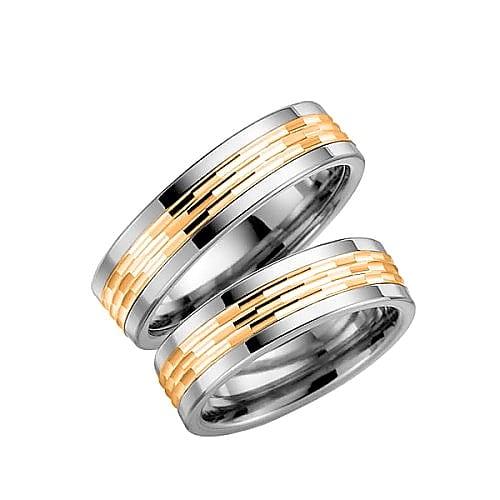 Ring från Schalins ringar i titan med 18k guld i mittskena. Trend – 5003-6