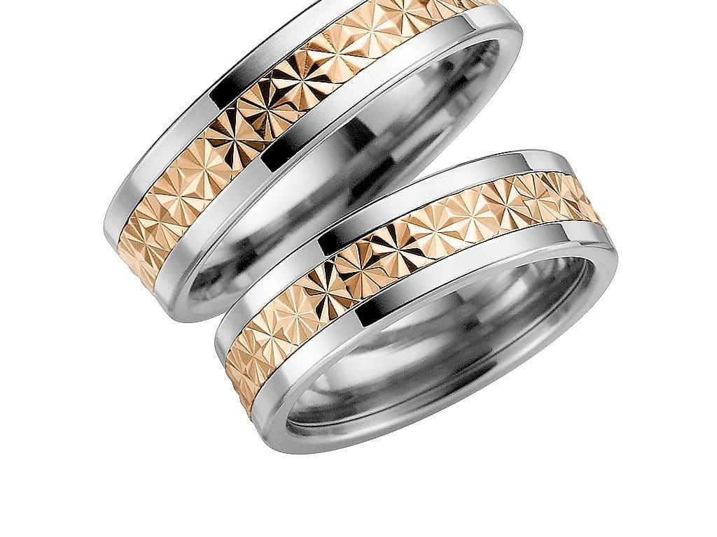 Förlovningsring från Schalins ringar i titan med 18k roseguld i mittskena.