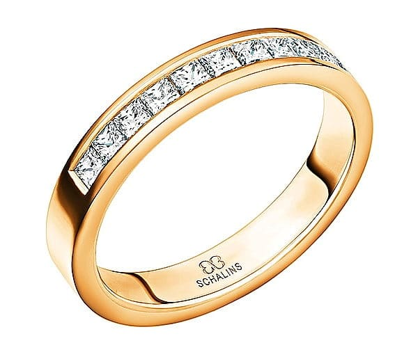 Ring i 18k guld med 11 st prinsesslipade diamanter på 0,05 ct, totalt 0,55 ct Top Wesselton/ VS