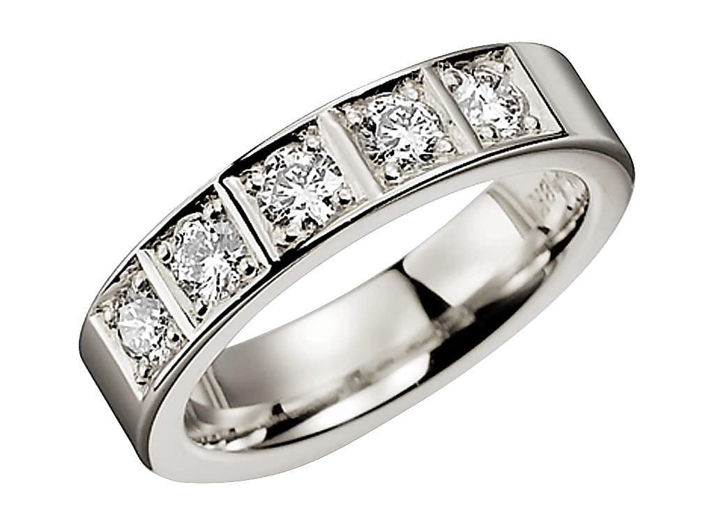 Diamantring från Schalins ringar i palladium med 5 st Briljantslipade diamanter på 0,15 ct, totalt 0,75 ct Wesselton/ VS. Material: Palladium Vikt: ca 9,8 g Totalcarat: 0,75 ct totalt Stenkvalité: Wesselton/ VS Bredd: 5 mm Höjd: 2,4 mm Insida: välvd Utsida: Rak
