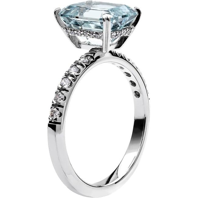 Schalins Ring i 18k vitguld med en smaragdslipad Akvamarin sten 10x8 mm, 20st briljantslipade diamanter