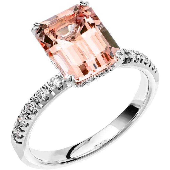 Ring i 18k vitguld med en smaragdslipad Morganit sten 10x8 mm, 20st briljantslipade diamanter på 0,05 ct och 10st briljantslipade diamanter på 0,02 ct